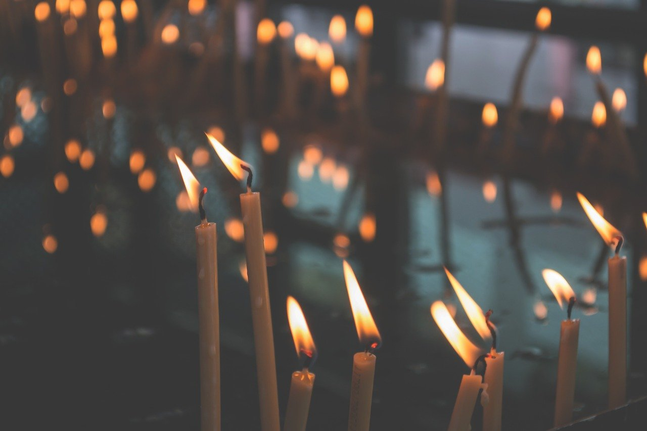 Świece i świeczniki jako dekoracja